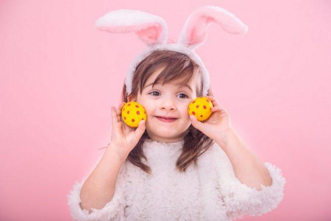 bambina-caccia-alle-uova-pasqua